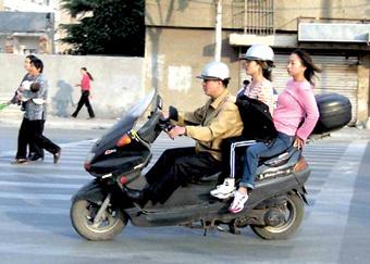 骑车带人花样多(组图); 骑自行车带人;