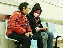 周彦宏与母亲查看化验结果