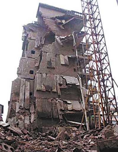 重庆一栋七层居民楼半夜垮塌 一中学生被埋当场死亡(图)
