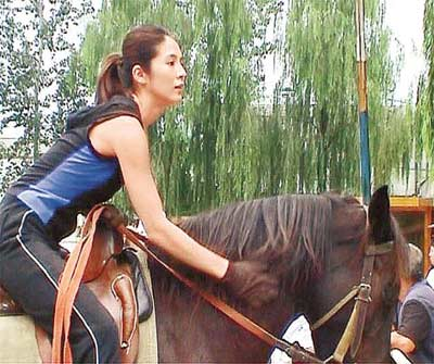 杨采妮拍《七剑》堕马 头撞地疑脑震荡(组图)