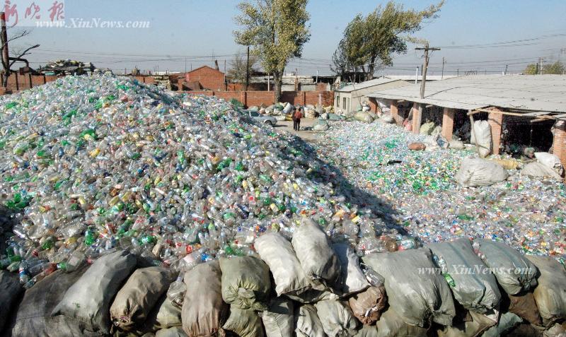 大量废弃矿泉水瓶