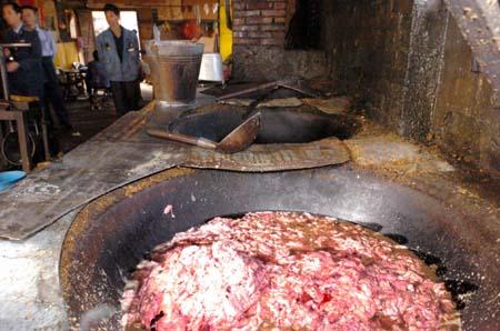 福州仓山废弃猪内脏 炼成食用油(组图)