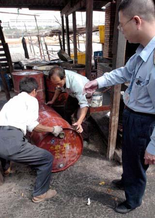 执法人员查获的拉杂油桶