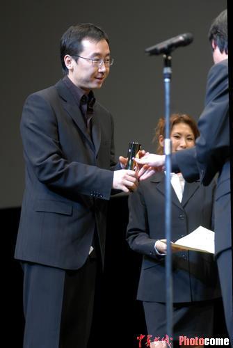 图文:《可可西里》获评委特别奖 陆川领奖-3