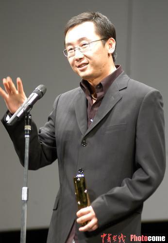 图文:《可可西里》获评委特别奖 陆川领奖-4