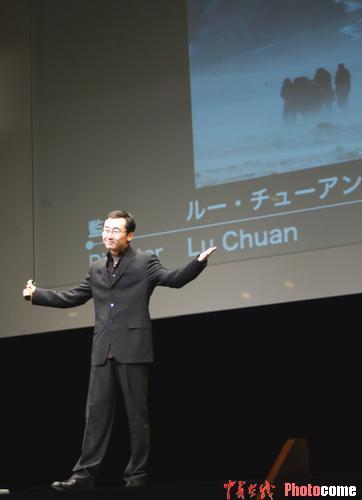 图文:《可可西里》获评委特别奖 陆川领奖-5