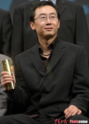 图文:《可可西里》获评委特别奖 陆川领奖-7