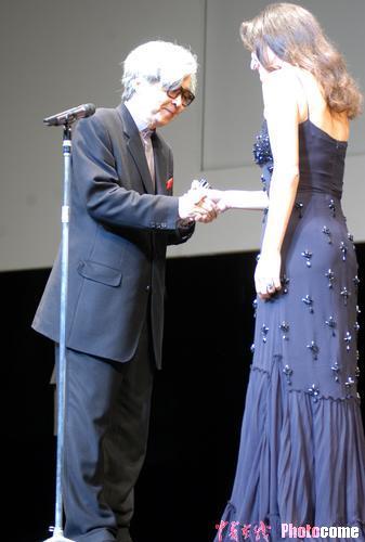 图文:山田洋次从希腊王女-公主手中领奖
