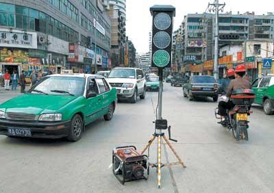 临时红绿灯自己能发电(图)