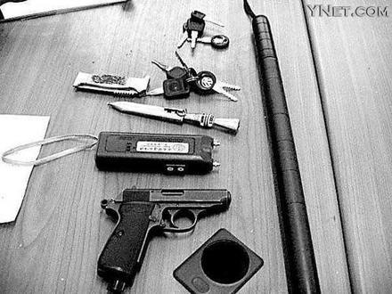 红色跑车里搜出自制钢珠枪(组图)-搜狐新闻中心