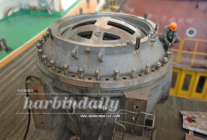 近日,世界最大的水电站用球阀在哈尔滨电机厂有限责任公司成功投入生产。该球阀直径2.8米,重达158吨,为韩国一家水电站生产,其功能是控制进出发电机的水的流量。该球阀是目前世界上最大的水电站专用球阀。这种设备的成功投产标志着我国在该领域的生产技术和能力达到了国际先进水平。   宋亚萍 本报记者陈南摄影报道