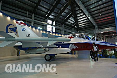 据介绍,l-15飞机是一架采用了先进的气动布局,电传操纵系统的多用途