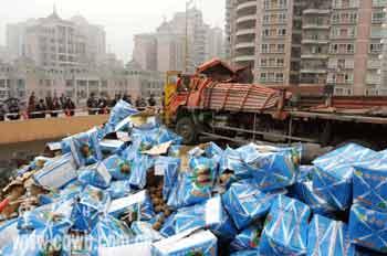 重庆大货车撞上高架桥护栏 11吨猕猴桃倾泻桥下