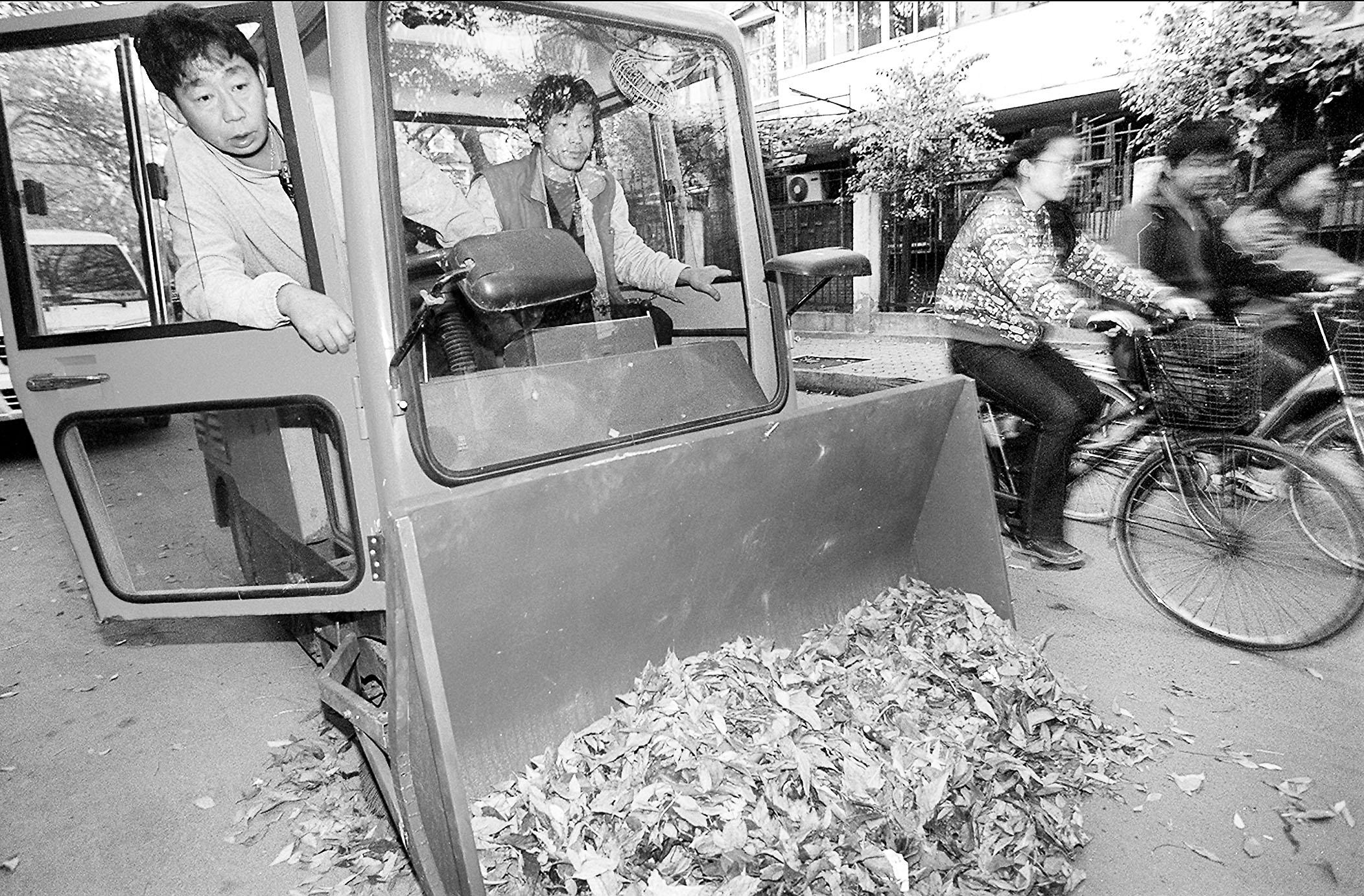 装的4部机械化扫雪车开上道路进行最终的测试,达到了可以快速扫图片