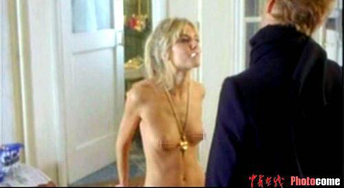 组图:裘德洛与半裸女友激情演绎《飞行大亨》