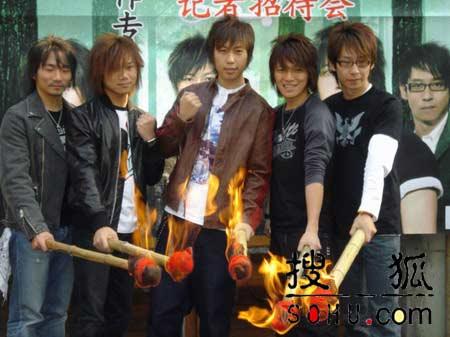 组图:五月天发布新专辑 现场点燃火把庆功