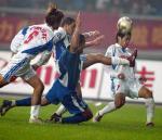 图文:重庆1-1平国际 双方队员争抢中