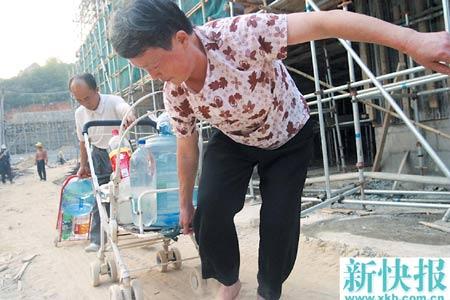 广州一小区自来水被污染 居民天天翻墙提水(图)