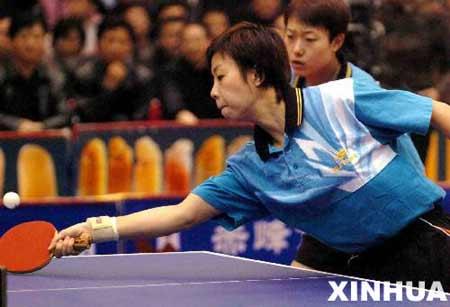 图文:中国乒超联赛 张怡宁/李楠在比赛中