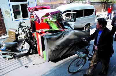 昨日上午,一辆松花江面包车在南开西里小区连撞4辆摩托车后又撞伤