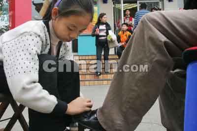 12岁女孩汉口街头擦皮鞋挣学费