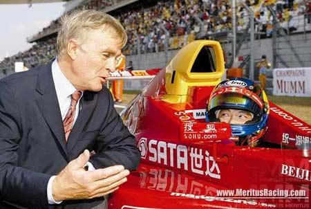 图文:F1中国大奖赛在即 李英健与莫斯利交流