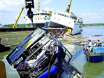 徐闻海安港码头一客滚船发生事故:船体一倾再倾随时覆没 两部货车