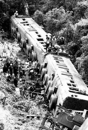 菲律宾列车出轨 造成12人死亡100余人受伤(图)
