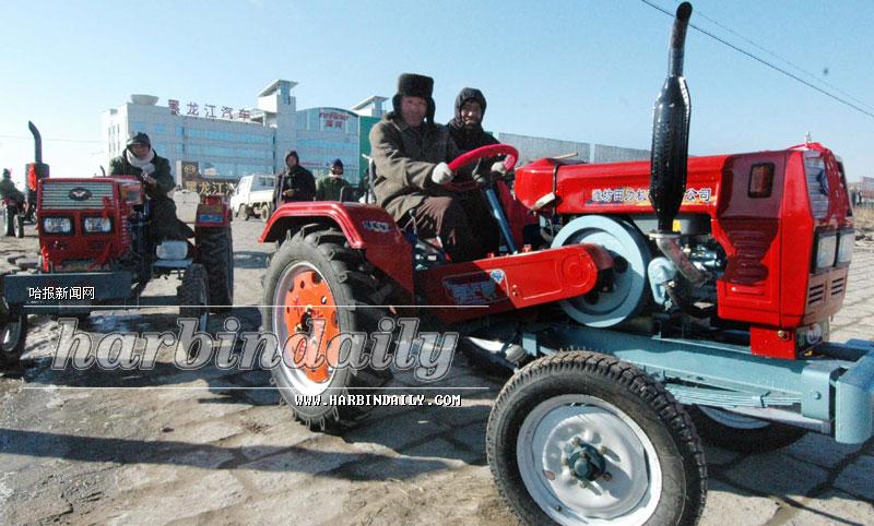 各买了一台小四轮拖拉机