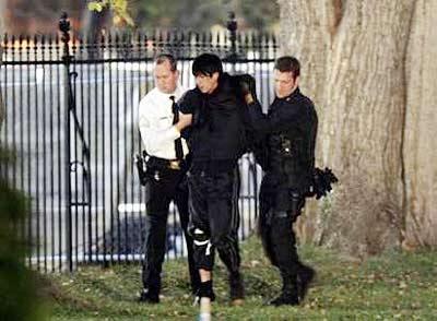 湖北一男子闯入学校_美国又一不明男子跨越护栏闯入白宫院内