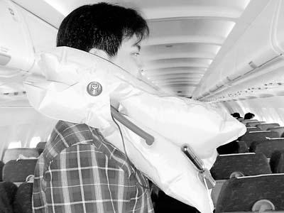 南航一乘客因私自穿戴救生衣而出现滑稽一幕 事后遭批评并被要求