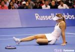 图文:WTA年终总决赛 美少女摔倒也妩媚