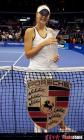 图文:WTA年终决赛 美少女莎娃抱住奖杯不放手
