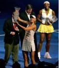 图文:04WTA年终总决赛 莎娃接过胜利的奖杯