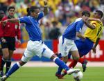图文:巴西爆冷0-1负厄瓜多尔 卡卡突破对方防守