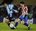 图文:乌拉圭1-0巴拉圭 德尔加多与巴雷托拼抢