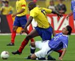 图文:巴西0-1负厄瓜多尔 埃斯皮诺萨与对方拼抢