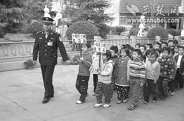 安陆民警v民警小学生离校(图)-搜狐新闻中心中学双流对口小学图片