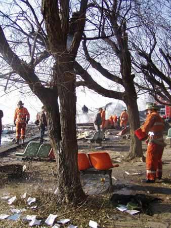 新华网包头11月21日电(白冰)21日8时20分左右,一架从包头飞往上海的小型客机,在起飞后不久坠落于包头市东河区南海公园的湖边,飞机上大约有乘客40多人,目前伤亡情况不详。   记者9时赶到现场时,看到爆炸的飞机已成残骸,湖面上还有火在燃烧,消防人员正在紧急灭火。目前火已被扑灭,消防、公安人员正在湖面破冰,打捞遇难者。据目击者说,估计机上人员生还可能性较小。目前抢救工作正在进行。   飞机已成为碎片 包头市主要领导都已赶往现场   新华网呼和浩特11月21日电 21日凌晨8时20分,从包头市飞往上海