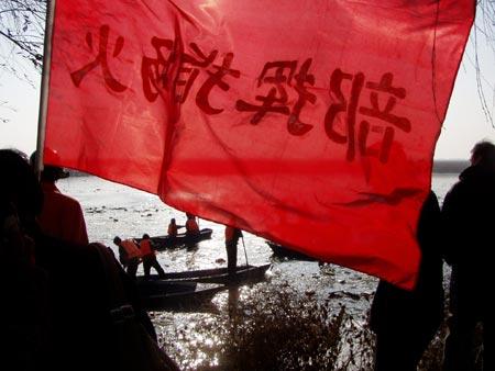 图文:东航包头空难-救援人员现场打捞(3)