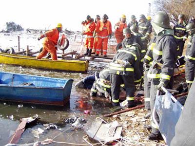 图文:东航包头空难-救援人员现场打捞(6)