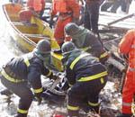 救援人员打捞遇难者