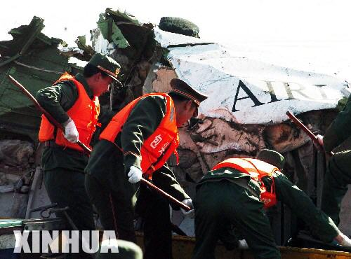 救援人员在飞机失事现场寻找遇难者遗体
