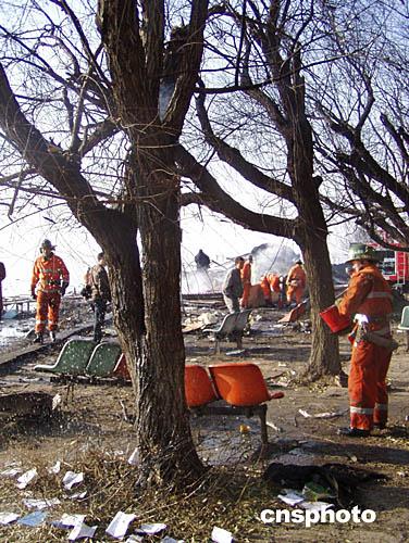 图:包头空难救援人员搜寻飞机残骸