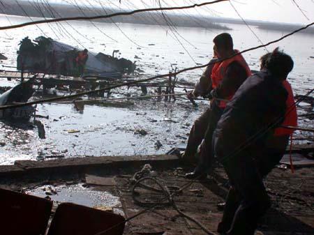 救援人员从包头机场附近的南海公园湖中打捞失事飞机