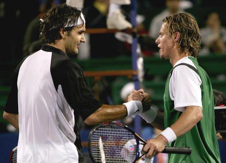 ...网球名将费德勒(左)在美国休斯敦进行的男子网球大师杯决赛后,...