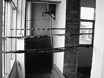 高压线竟从小楼中穿过 云南日报高清图片