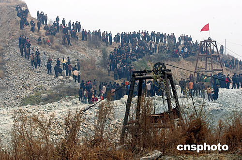 图:河北沙河出事矿井附近围观群众人山人海