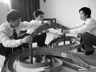 华理的纸质桥梁模型设计大赛吸引了跨学科大学 高清图片