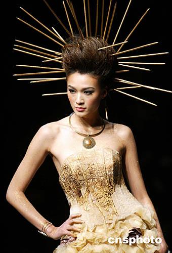 图:模特奇特造型演绎时装精品